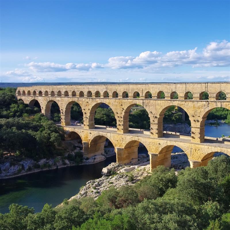 Le pont du gard dans le languedoc roussillon tourisme - Distance entre marseille et salon de provence ...